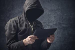 37664182-faceless-sconosciuto-uomo-anonimo-irriconoscibile-con-tavoletta-digitale-browsing-internet-computer